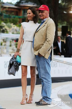 Niki Lauda, Mercedes Presidente no ejecutivo con su esposa Birgit Wetzinger en el Amber Lounge Evento de Moda