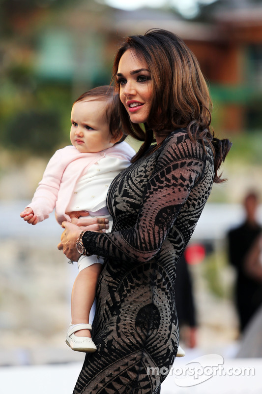 Tamara Ecclestone, con su hija Sofía Ecclestone-Rutland, en el Salón del Amber Lounge Moda