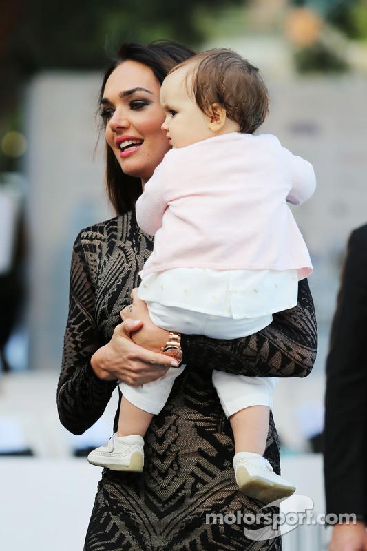 Tamara Ecclestone, con su hija Sofía Ecclestone-Rutland, en un evento de moda de Amber Lounge