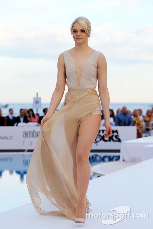 Valtteri Bottas'ın kız arkadaşı Emilia Pikkarainen Amber Lounge Fashion Show'da