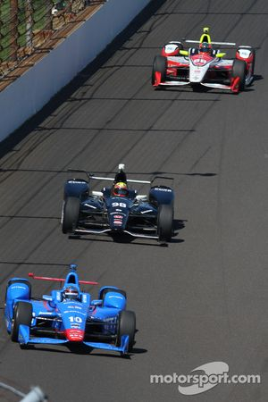 Tony Kanaan, Chip Ganassi Racing Chevrolet and Ryan Briscoe, Schmidt Peterson Motorsports Honda and