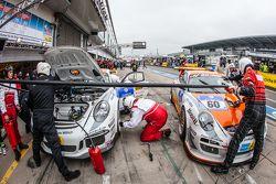 Pit stop per #80 Prosport Performance Porsche Cayman: Michael Rebhan, Dominik Schöning, Pato Silva e