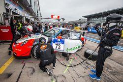 Pit stop untuk #73 Teichmann Racing Porsche 997 GT3 Cup: Torleif Nytroeen, Morten Skyer, Antti Buri