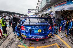 Boxenstopp für #114 Subaru Tecnica International, Subaru WRX STI: Carlo van Dam, Kota Sasaki, Tim Schrick, Marcel Lasée