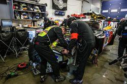 Para anggota tim Schubert Motorsport memperbaiki kerusakan pada #20 Schubert Motorsport BMW Z4 GT3
