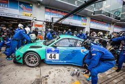 Parada en boxes para #44 Team Falken Tire Porsche 997 GT3 R: Peter Dumbreck, Wolf Henzler, Martin Ra