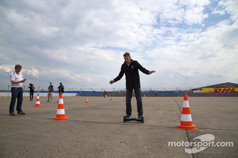 Scott Speed, Andretti Autosport, sucht sich ein neues Fortbewegungsmittel