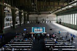 Rueda de prensa en un enorme hangar