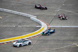 Le Safety Car BMW électrique mène les voitures lors du shakedown