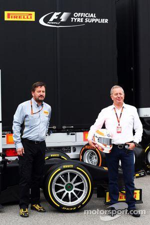 Пол Хэмбри, Pirelli Motorsport и Мартин Брандл, коментатор Sky с 18 дюймовыми шинами Pirelli