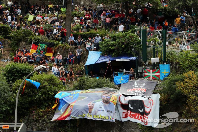 Fans auf einem Hügel