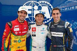 Ganador de la pole Jarno Trulli con Lucas di Grassi y Sébastien Buemi