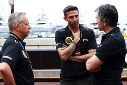 (Von links nach rechts): Mark Slade, Renningenieur Lotus F1 Team, mit Matthew Carter, Geschäftsführe