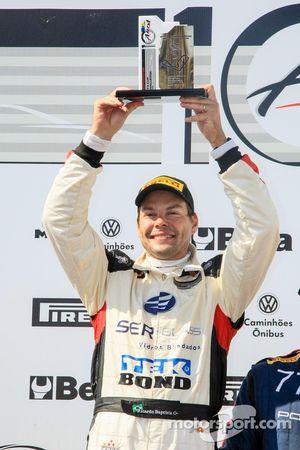 Ricardo Baptista levanta o troféu da corrida 1 em cascavel