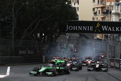 Ричи Стэнэвей, Status Grand Prix опережает Рафаэле Марчелло, Trident, на старте