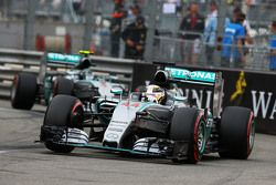 Льюис Хэмилтон, Mercedes AMG F1 W06 едет впереди Нико Росберга, Mercedes AMG F1 W06