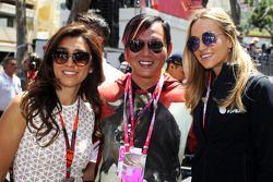 Fabiana Flosi, Frau von Bernie Ecclestone, und Carmen Jorda, Lotus F1 Team Entwicklungsfahrerin, in der Startaufstellung