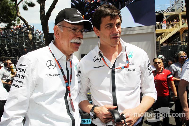 Dr. Dieter Zetsche, CEO de Daimler AG avec Toto Wolff, Mercedes AMG F1 sur la grille
