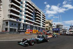Льюис Хэмилтон, Mercedes AMG F1 лидирует на старте гонки