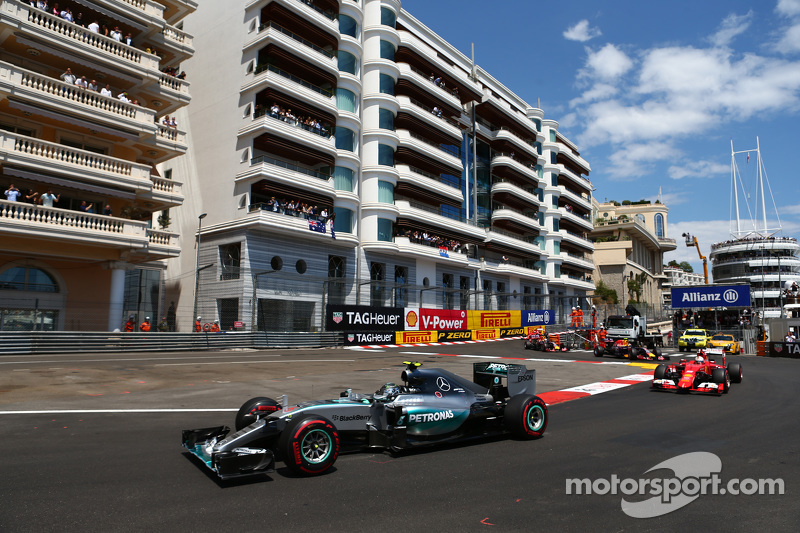 Nico Rosberg, Mercedes AMG F1 W06 memimpin Sebastian Vettel, Ferrari