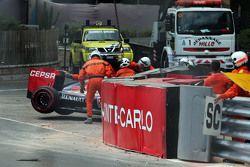 Red Bull Racing RB11 Макса Ферстаппена, Scuderia Toro Rosso убирают краном после аварии