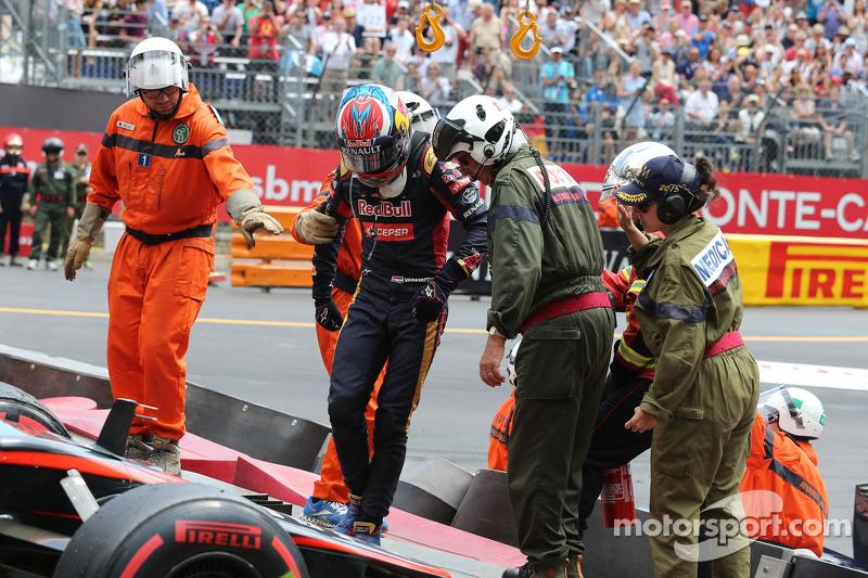 Max Verstappen, Scuderia Toro Rosso crashes bersama Romain Grosjean, Lotus F1 Team