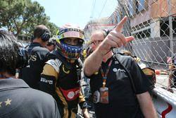 Пастор Мальдонадо, Lotus F1 Team и Марк Слэйд, гоночный инженер Lotus F1 Team