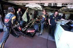 Ромен Грожан, Lotus F1 Team и Жюльен Симон-Шотемп, гоночный инженер Ромена Грожана, Lotus F1 Team