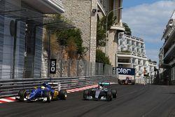 Маркус Эрикссон, Sauber F1 Team и Льюис Хэмилтон, Mercedes AMG F1 W06