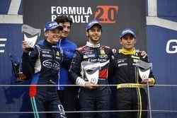 Подиум: Василий Романов, Cram Motorsport, второй, Матевос Исаакян, JD Motorsport, победитель, и Амор