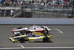 Helio Castroneves, Team Penske Chevrolet e Marco Andretti, Andretti Autosport Honda