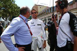 Исполнительный директор McLaren Рон Деннис, Дженсон Баттон, McLaren, и Майк Колье, личный тренер Бат