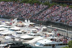 Yates en el puerto de Mónaco son rebasados por Daniil Kvyat, Red Bull Racing RB11