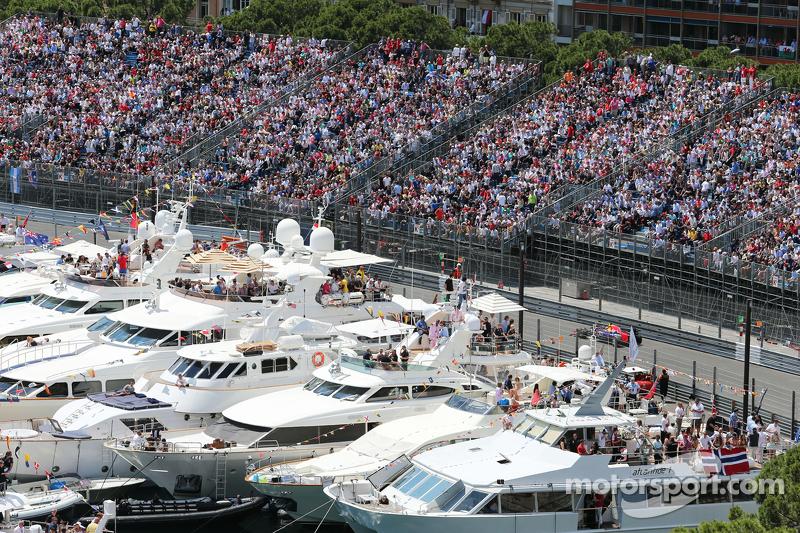 Daniil Kvyat, Red Bull Racing RB11, fährt an den Schiffen im Hafen von Monaco vorbei