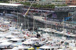 Даниил Квят проезжает мимо яхт в гавани Монако