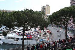 Себастьян Феттель, Ferrari SF15-T едет впереди Льюиса Хэмилтона, Mercedes AMG F1 W06