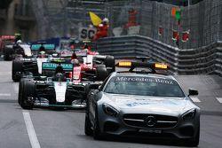 Nico Rosberg, Mercedes AMG F1 W06 mène derrière la Safety Car