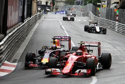 Кими Райкконен, Ferrari SF15-T и Даниэль Риккардо, Red Bull Racing RB11 борются за позицию