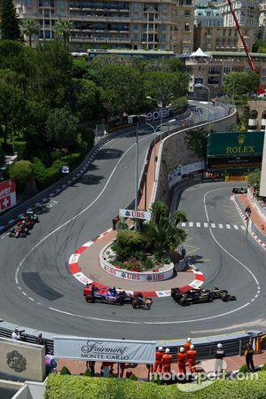 Пастор Мальдонадо, Lotus F1 E23 едет впереди Макса Ферстаппена, Scuderia Toro Rosso STR10