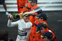 El ganador de la carrera, Nico Rosberg, Mercedes AMG F1 celebra en el podium