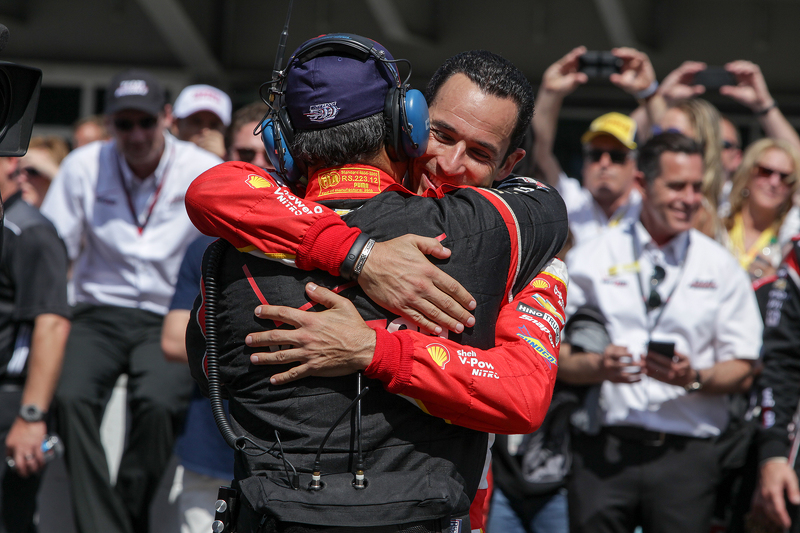 Race winner Juan Pablo Montoya, Team Penske Chevrolet and Helio Castroneves, Team Penske Chevrolet