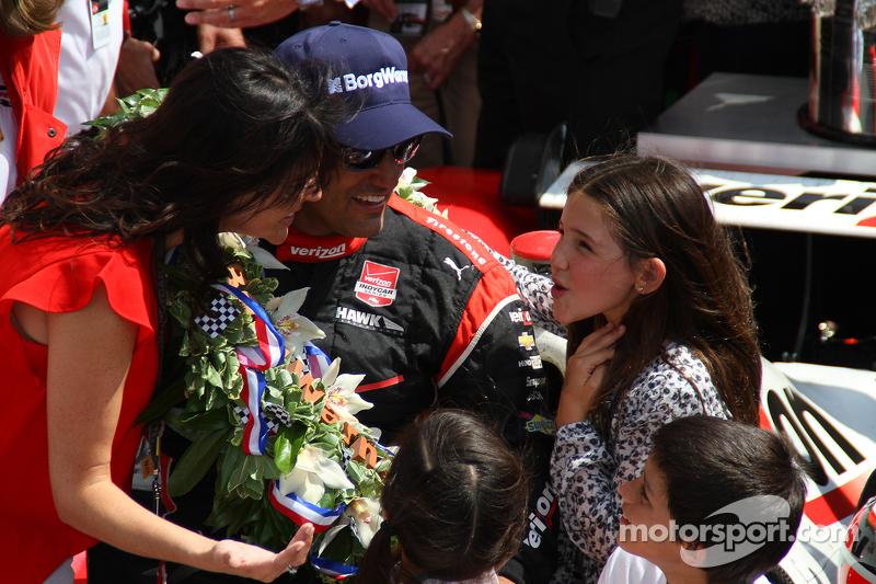 El ganador de la carrera, Juan Pablo Montoya, Team Penske Chevrolet, con su familia.