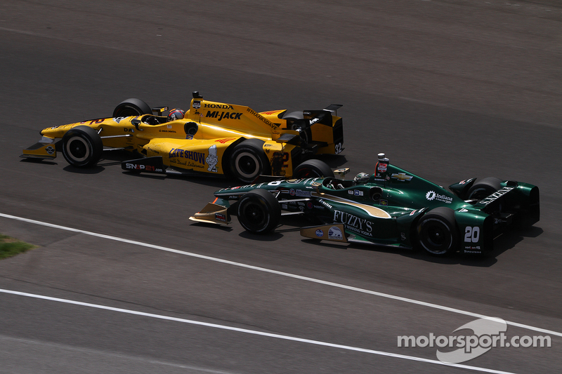 Oriol Servia, Rahal Letterman Lanigan Racing Honda, dan Ed Carpenter, CFH Racing Chevrolet crash