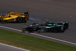 Oriol Servia, Rahal Letterman Lanigan Racing Honda y Ed Carpenter, CFH Racing Chevrolet, chocan