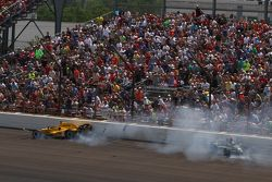 Oriol Servia, Rahal Letterman Lanigan Racing Honda and Ed Carpenter, CFH Racing Chevrolet crash