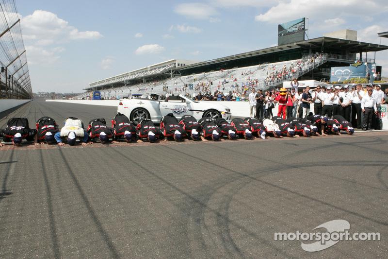 1. Juan Pablo Montoya, Team Penske, Chevrolet, feiert