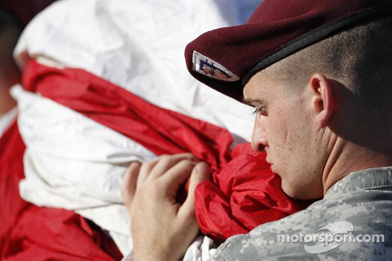 Membro das forças armadas com a bandeira americana