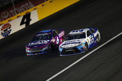Trevor Bayne, Roush Fenway Racing, Ford, und David Ragan, Michael Waltrip Racing, Toyota