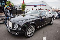 Layanan VIP dengan Bentley di paddock