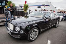 VIP servisi ve bir Bentley padokta
